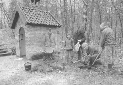Vrijwilligers geven Boskapel Afferden grote schoonmaakbeurt