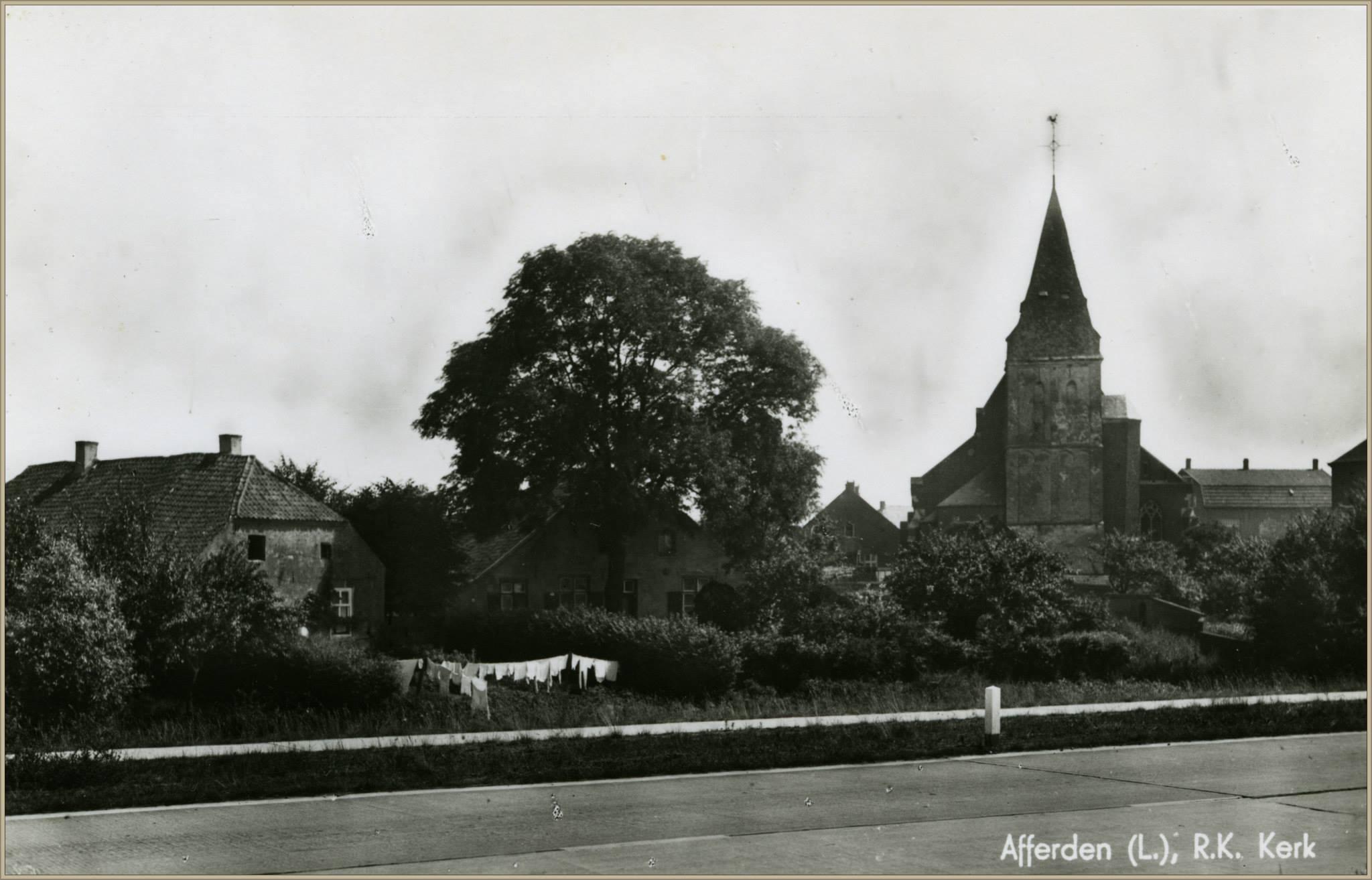 Oude kerk vanaf de Rijksweg gezien 1943
