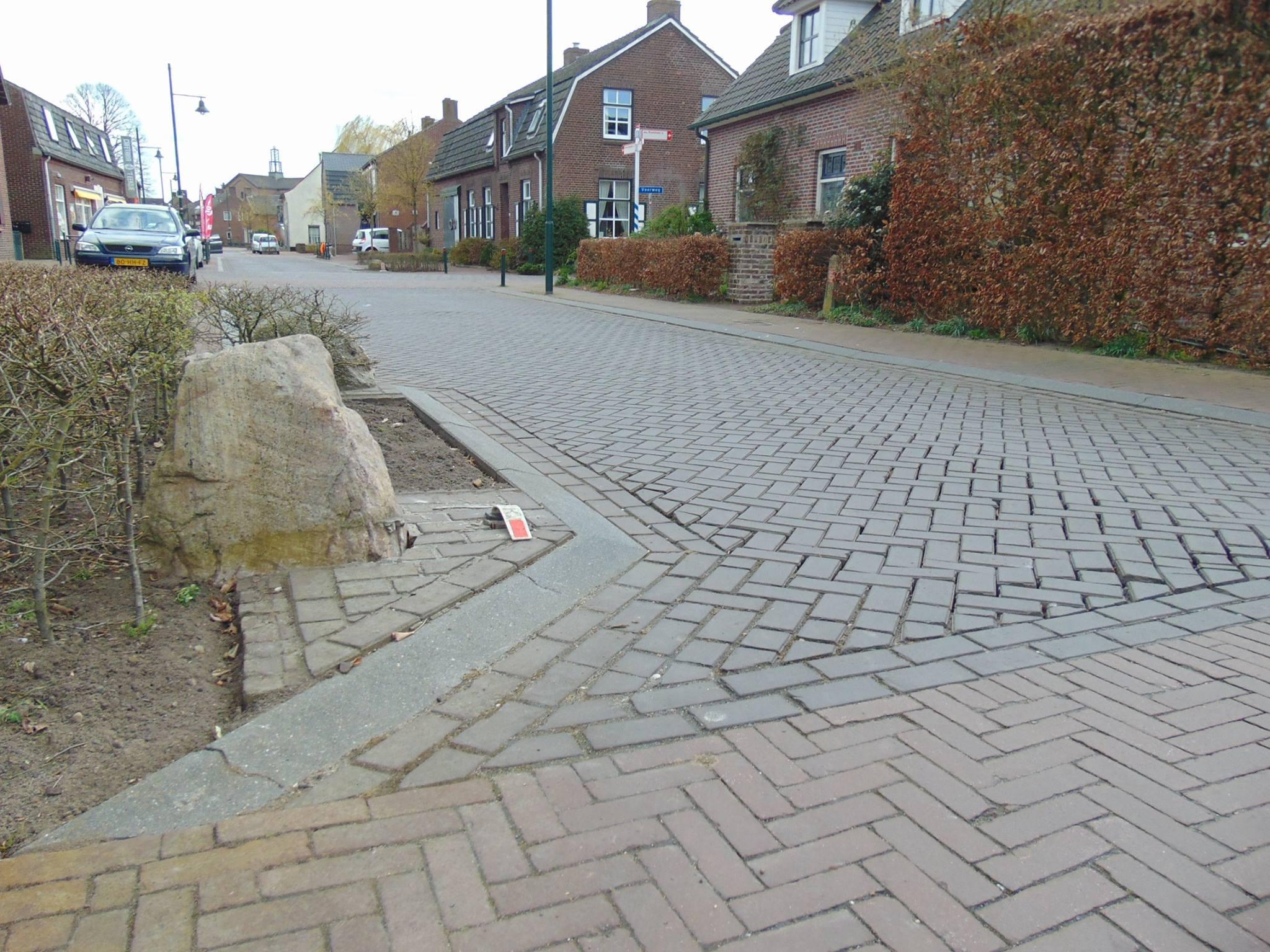Dorpsstraat-noord in Afferden op de schop