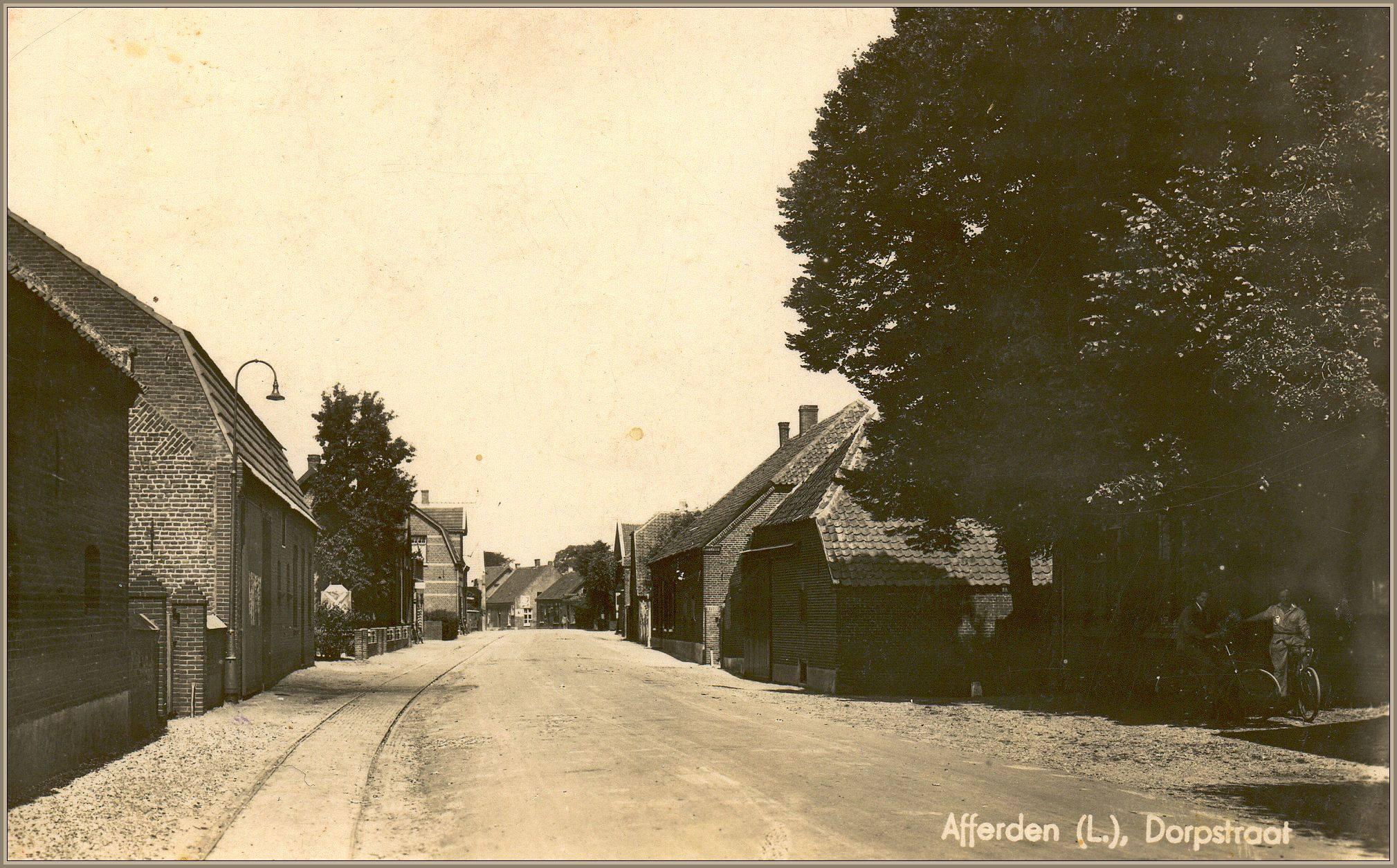 Dorpsstraat eind jaren 30