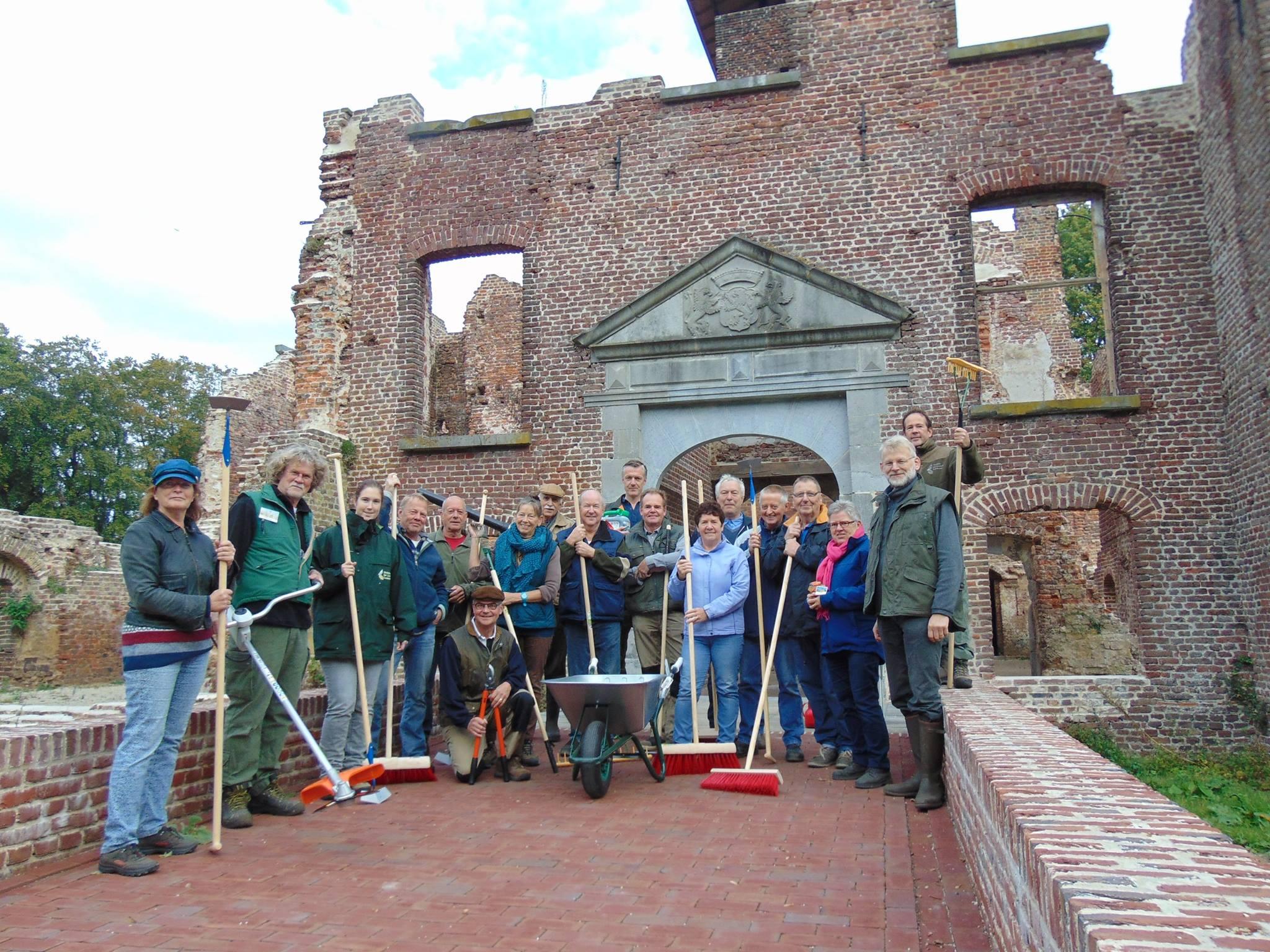 Vrijwilligers houden omgeving ruïne Bleijenbeek onkruidvrij