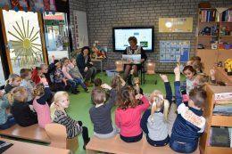 Burgemeester Pelzer leest voor op 't Diekske