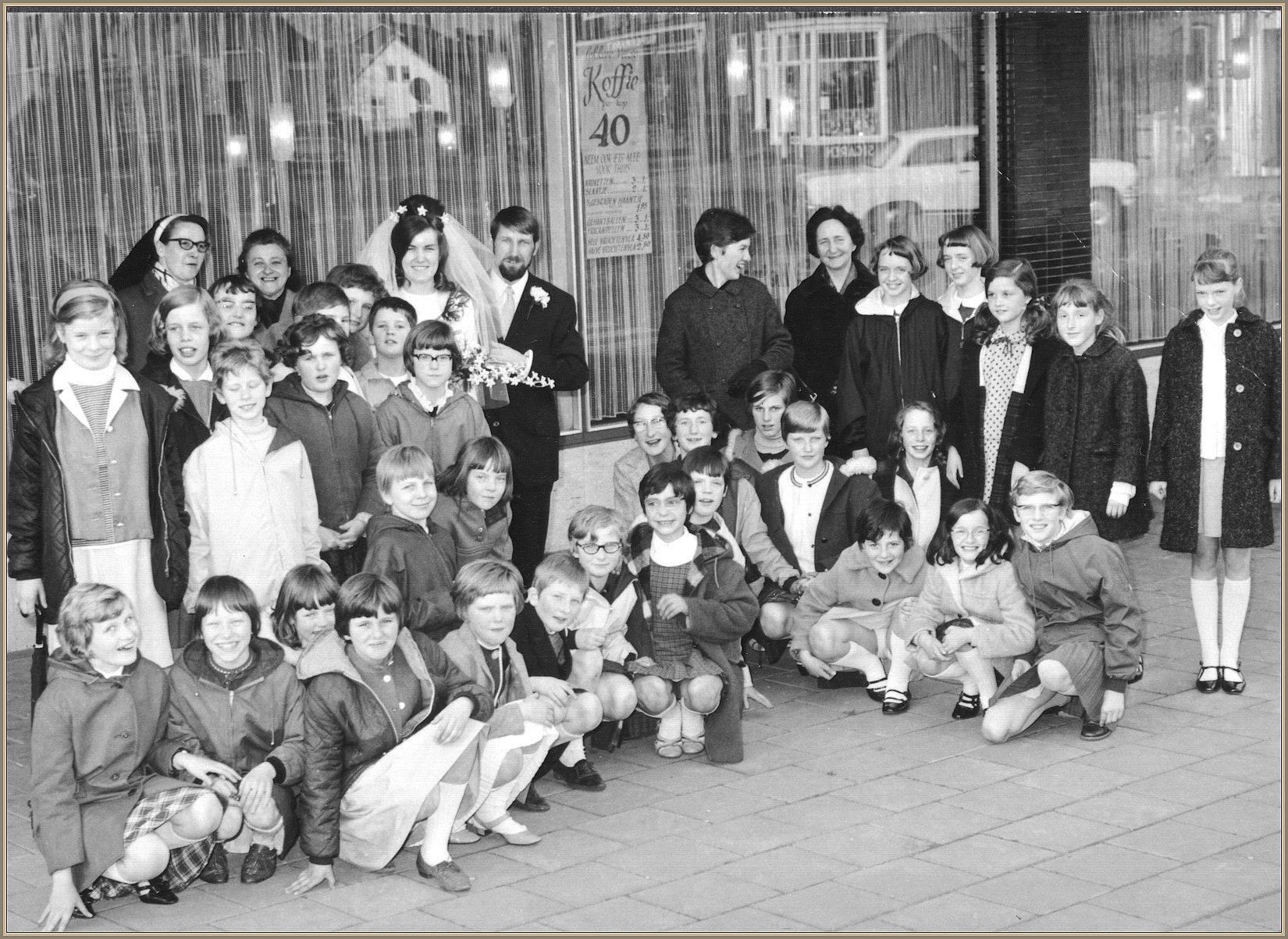 Klas meisjesschool uitgenodigd voor bruiloft (eind jaren 60)