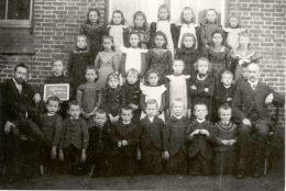 Klassefoto meester van Hoof en meester Titulaer 1902