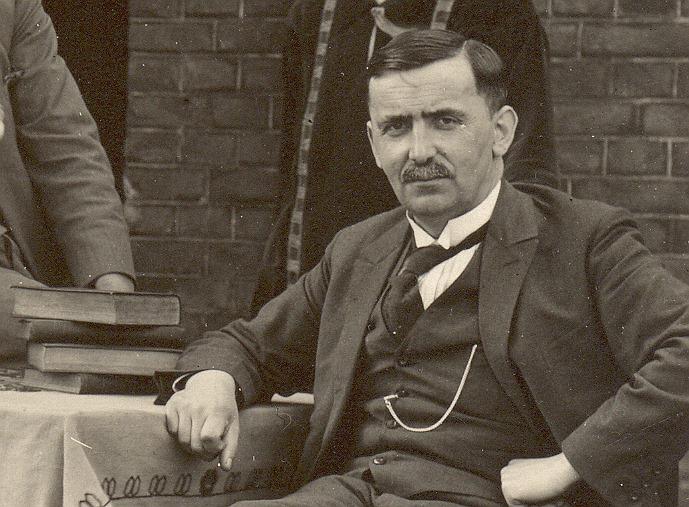 Meester Janssen hoofd van de lagere school 1927