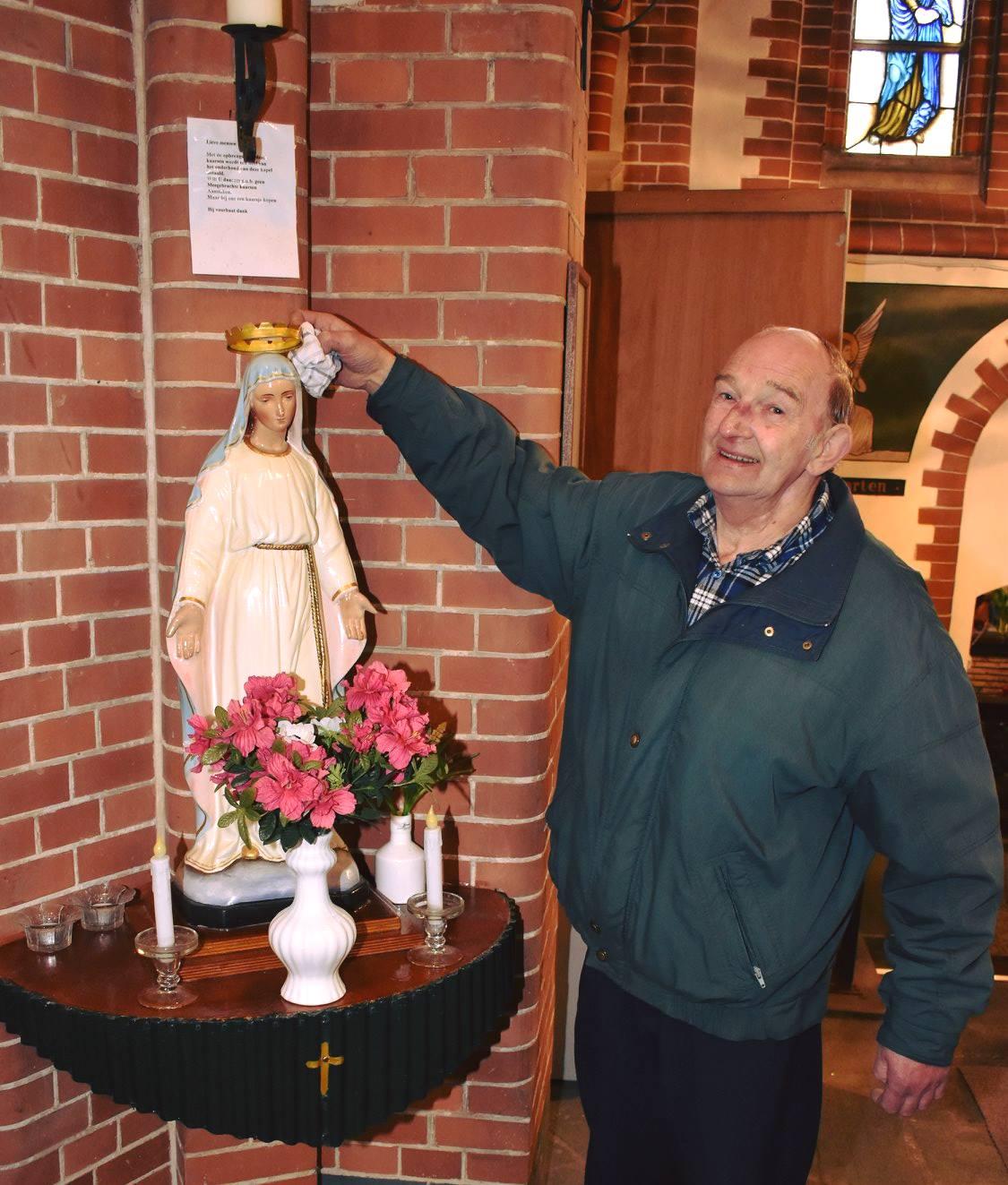 Kleurrijke heiligenbeelden luisteren Mariakapel op